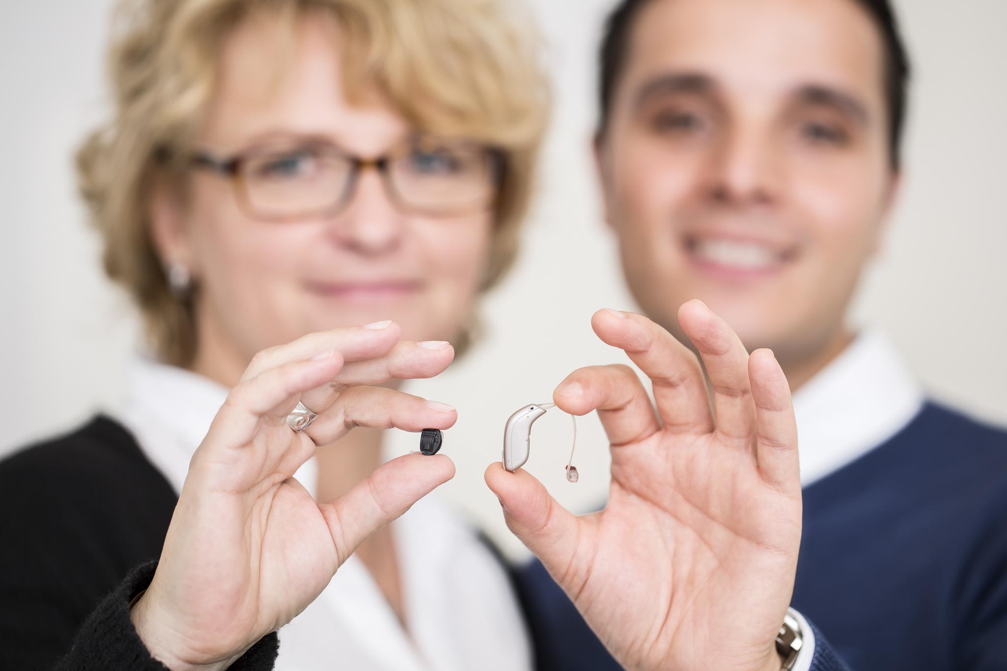 Akustiker zeigen kleines IdO- und HdO-Hörgerät