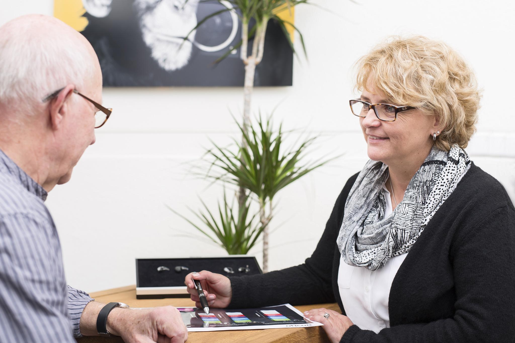 Hörberatung am Kunden und Auswahl der Hörgeräte